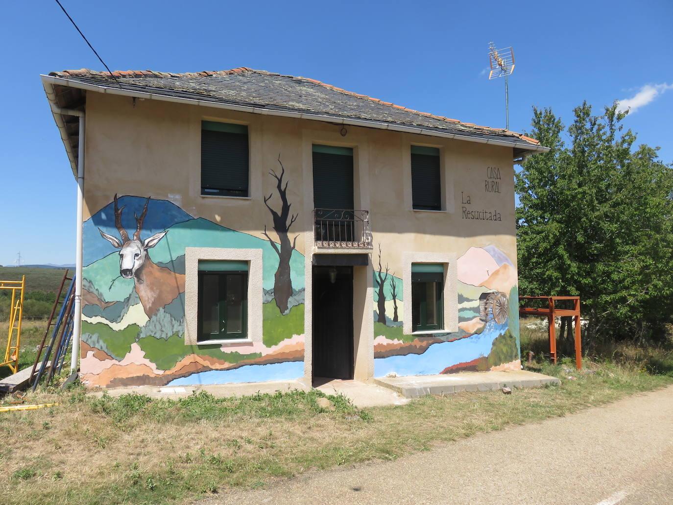 La pintura y la escritura decoran la Casa Rural 'La Resucitada' en Valbuena de la Encomienda