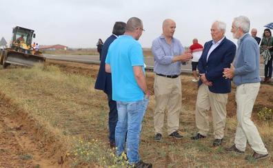 Adiós al topillo en León: la Junta actúa en 80 kilómetros de cunetas para destruir sus huras