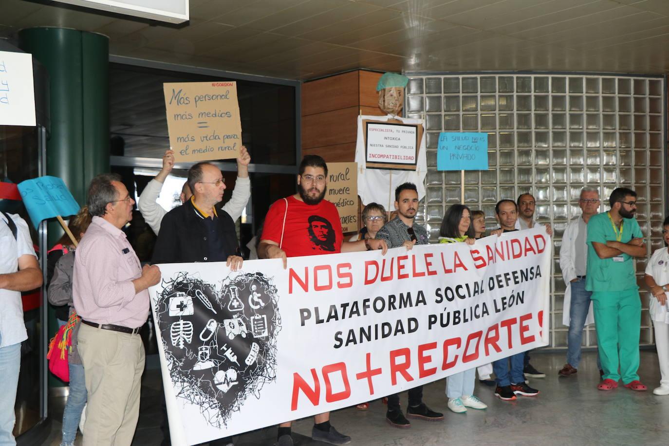 La plataforma por la Sanidad Pública se concentra en el Hospital de León