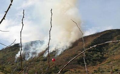 Extinguido un incendio intencionado en las cercanías de la localidad de Calzada de la Valdería