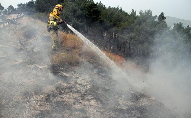 Los brigadas antiincendios apagan tres fuegos en El Bierzo y La Cabrera este sábado