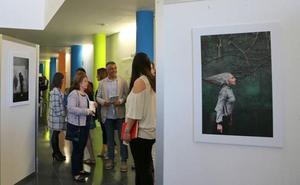La Asociación Leonesa de Esclerosis Múltiple inaugura en La Bañeza la exposición 'Ira escondida'