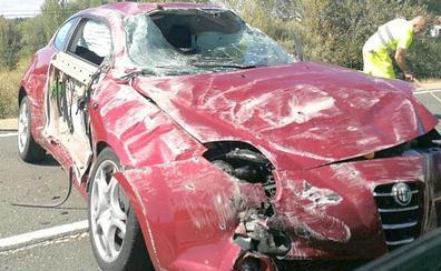 Un herido tras sufrir un espectacular accidente en la carretera de Cistierna