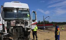 El tren Alvia con recorrido entre Santander y Alicante colisionó esta mañana, a las 9.30 horas, con un camión en el paso a nivel, término de Husillos