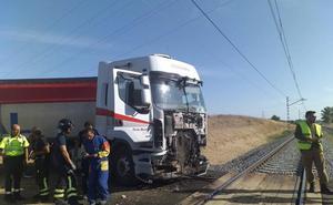 El Alvia entre Alicante y Santander con 266 pasajeros colisiona con un camión en el paso a nivel de Husillos en Palencia