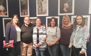 El alcalde de la Bañeza inaugura la exposición 'Ira Escondida' promovida por la Asociación Leonesa de Esclerosis Múltiple
