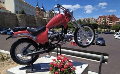 El Motoclub 'Los Despeinaos' organizan una ofrenda floral al Monumento al Motorista