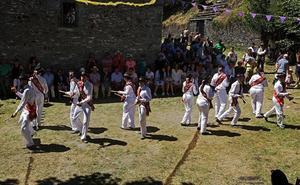Tracastro recupera su esencia a ritmo de danzantes y castañuelas