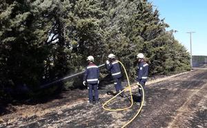 Un incendio provoca daños en las parcelas de dos viviendas y una nave en Cisneros