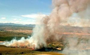 Medios aéreos y terrestres de la Junta apoyados por la Brif de Tabuyo trabajan en la extinción de un incendio en Porqueros