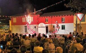 Las acrobacias de Filibuster en la noche estrella de las fiestas de Armunia