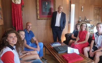 El alcalde recibe a las promesas leonesas de la natación