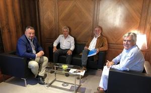 Morán recibe a los presidentes de la Casa de León en Sevilla y de la Asociación de Pendones del Reino de León