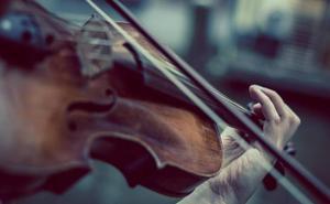 Un dúo de violines cierra el ciclo Corteza de Encina del Teatro de los Templarios de Ponferrada