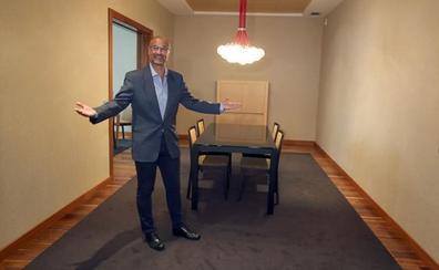 Luis Fuentes enseña el apartamento de las Cortes a la prensa: «Aquí solo tengo tres camisas»