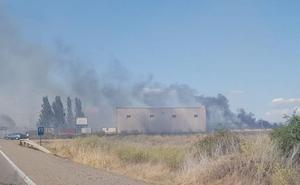 Los Bomberos de León sofocan un incendio en un solar cerrado con maderas en Onzonilla