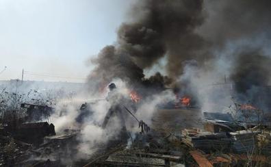Los Bomberos extinguen un incendio en un solar de pinturas y maderas en el polígono de Onznonilla