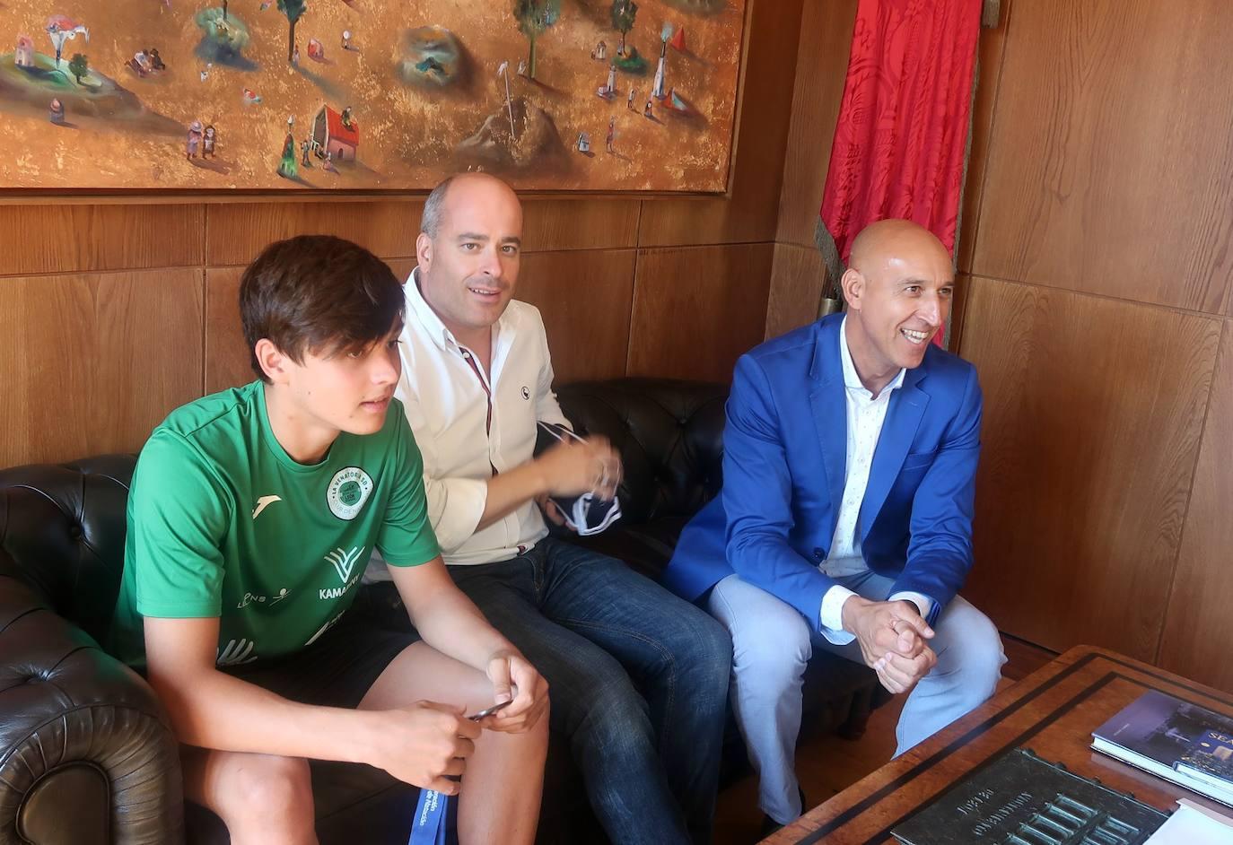 El alcalde de León recibe a dos medallistas del equipo de natación de la Venatoria