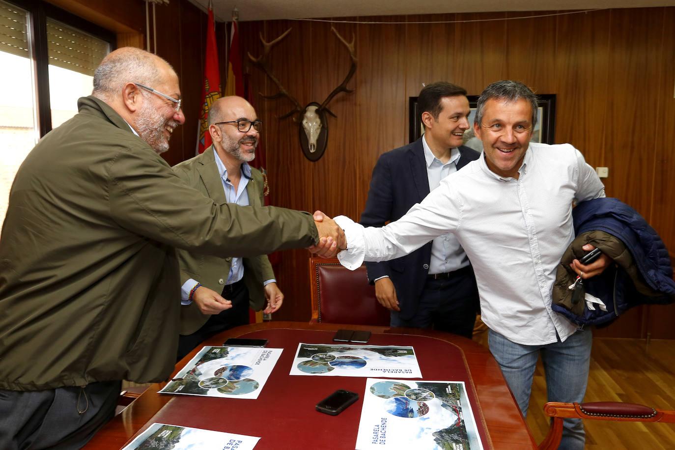 Francisco Igea se reúne con el alcalde de Riaño