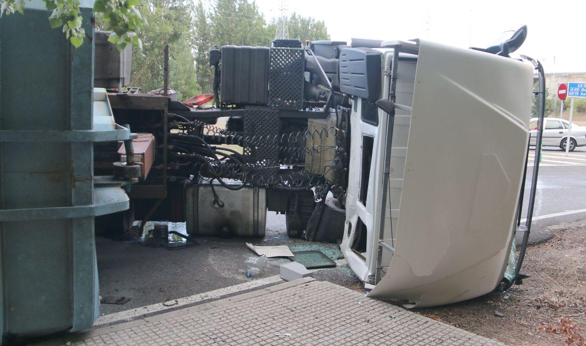 Espectacular vuelco de un camión en la rotonda de acceso a León
