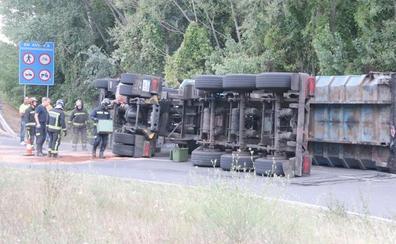 Un camión de basura sufre un aparatoso vuelco en una rotonda de acceso a la LE-11 y se salda sin heridos