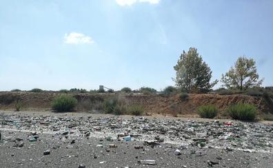 La pérdida de mercancía de un camión cargado de vidrio limita el tráfico en la A-66 en Onzonilla