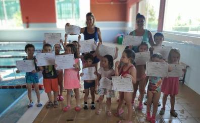 La piscina climatizada de Valencia de Don Juan sigue formando pequeños nadadores