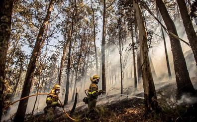 La UME de León se incorpora a las labores de extinción del virulento fuego de Porto do Son