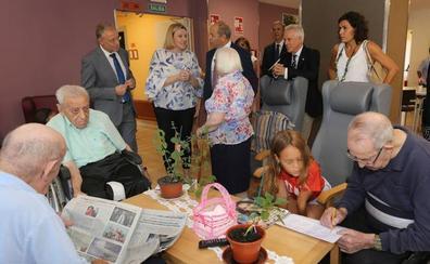 La Junta pondrá en marcha una «red social» para detectar los casos de soledad entre las personas mayores