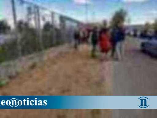 Camino de tierra que da acceso al Colegio Los Adiles