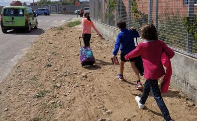 Un camino de tierra es el único acceso al Colegio Los Adiles de Villaobispo para 200 niños