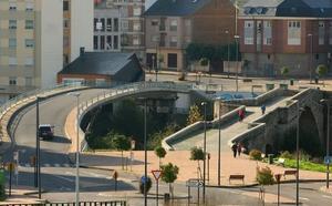 Las obras de asfaltado en el puente sobre el Boeza provocan desvíos del tráfico en el barrio de la Borreca de Ponferrada