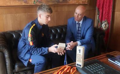 El alcalde de León recibe a Gabriel Arias, campeón de Europa Junior de Alpino en Línea