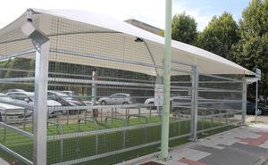 Instalados dos aparcamientos cubiertos para bicicletas en la ULE