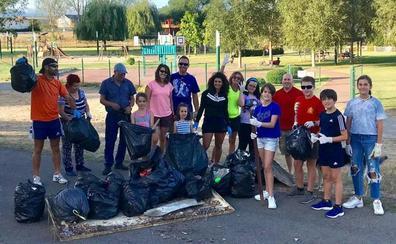 Un grupo de vecinos de San Andrés limpian el entorno del parque de Los Patos
