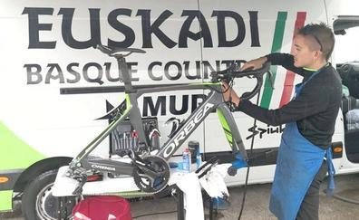 El mecánico leonés de La Vuelta que asombra por su juventud