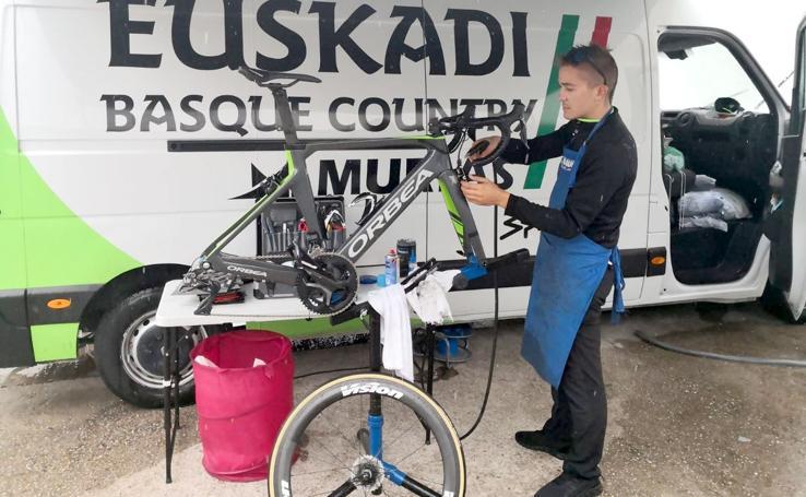 Pablo Benito, el mecánico más joven de La Vuelta