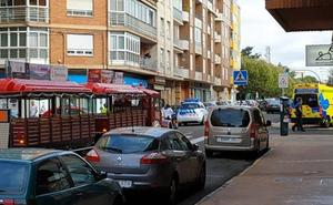 El tren turístico de León arrolla a una anciana en la calle Corredera y la hiere en un costado