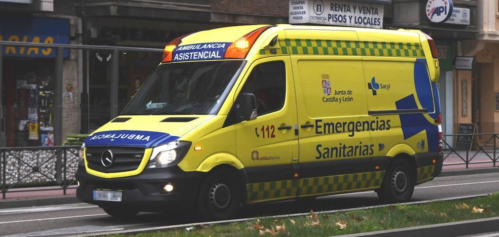 Un motorista herido al ser golpeado por un vehículo en la calle de las Mieses
