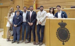 El senador Santiago Vélez y la diputada González Guinda reciben a estudiantes leoneses
