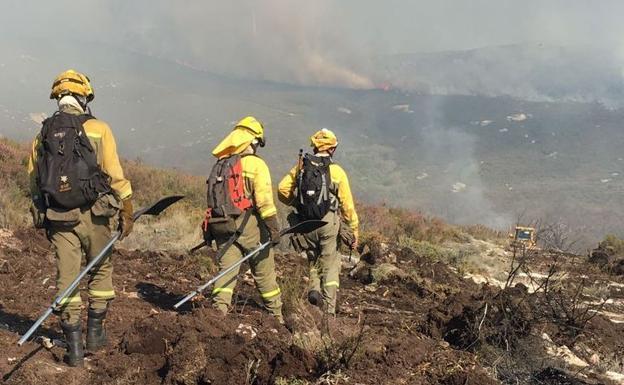 Las brigadas sofocan la reproducción del incendio de Pobladura de la Sierra, que calcina 15 hectáreas