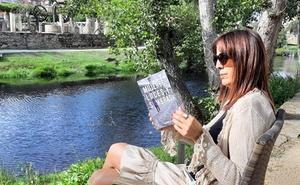 La autora Manuela Rodríguez Gallego presenta, en León, su libro de poesías 'Mujeres: luces y sombras'