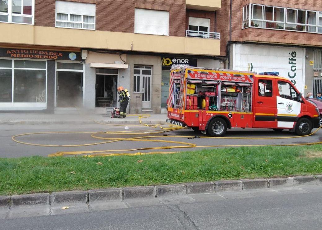 Una persona intoxicada en el incendio en una tienda de antiguedades en Ponferrada