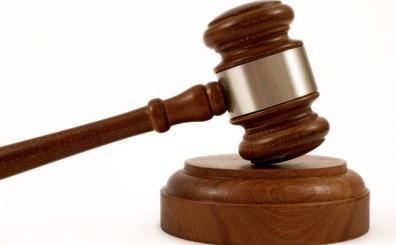 Una mujer será juzgada por herir en el cuello con unas tijeras a su amante, un agente de Policía