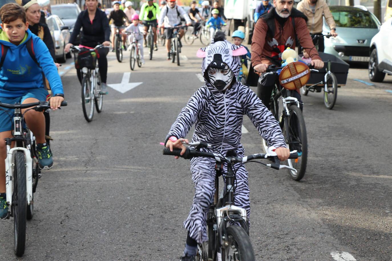 Cientos leoneses dan a las al Día de la Bici en León capital