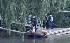Un hombre se lanza al río Pisuerga para rescatar a su perro