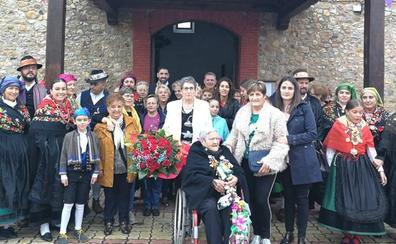 Llamas de la Ribera celebra los 100 años de la 'Tía Engracia'