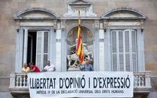 Torra quita la pancarta de los presos pero pone otra a favor de la libertad de expresión