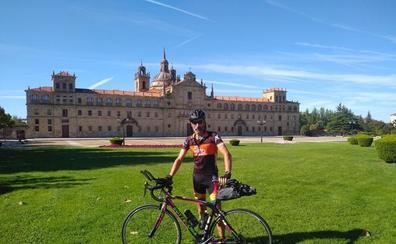 Un paciente gallego ostomizado recorre 850 kilómetros en bici para reclamar baños adaptados para el colectivo