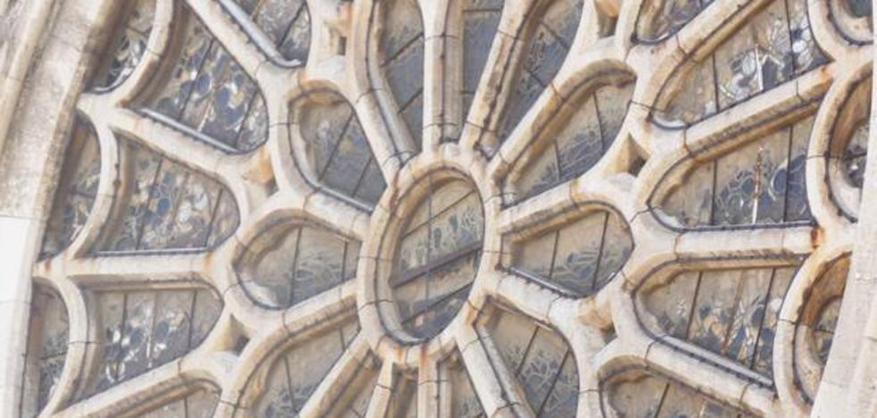 El rosetón de la Catedral de León, ¿objeto de 'cambiazo' durante su restauración en Cataluña?